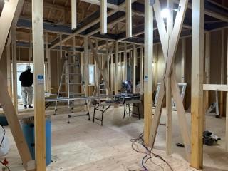 田山建設事務所新築工事・室内窓がついた