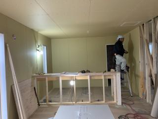 田山建設事務所新築工事・ボードを貼っていました