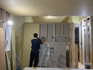 田山建設事務所新築工事・今日もボード貼ってます