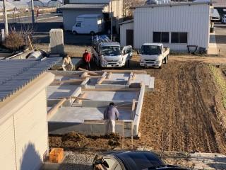 田山建設事務所新築工事・土台敷きから上棟